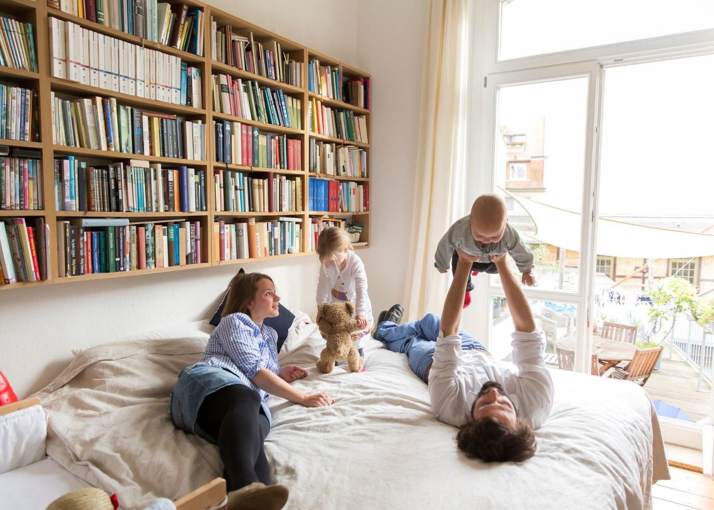família divertida no quarto