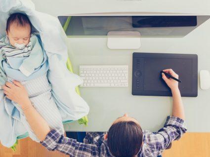 mãe ao computador com bebé a conciliar trabalho e a vida pessoal