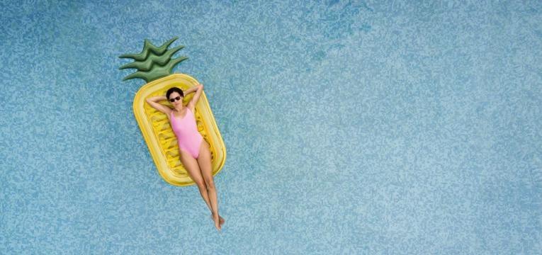mulher numa piscina