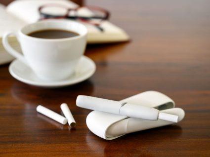 café e cigarros iqos em cima de uma mesa
