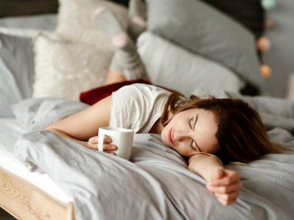 Mulher a tomar chá para dormir