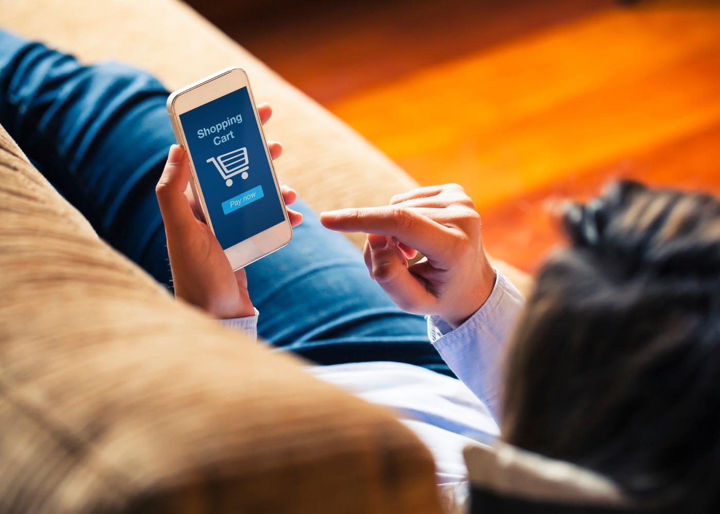 Mulher a fazer compras online via smartphone