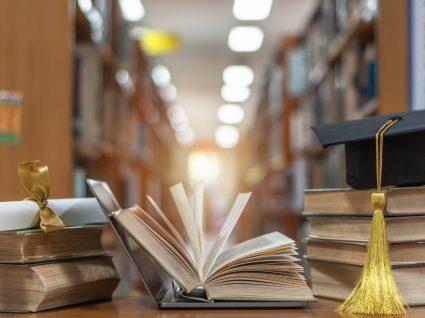 livros e computador a representar o momento de escolher um curso superior