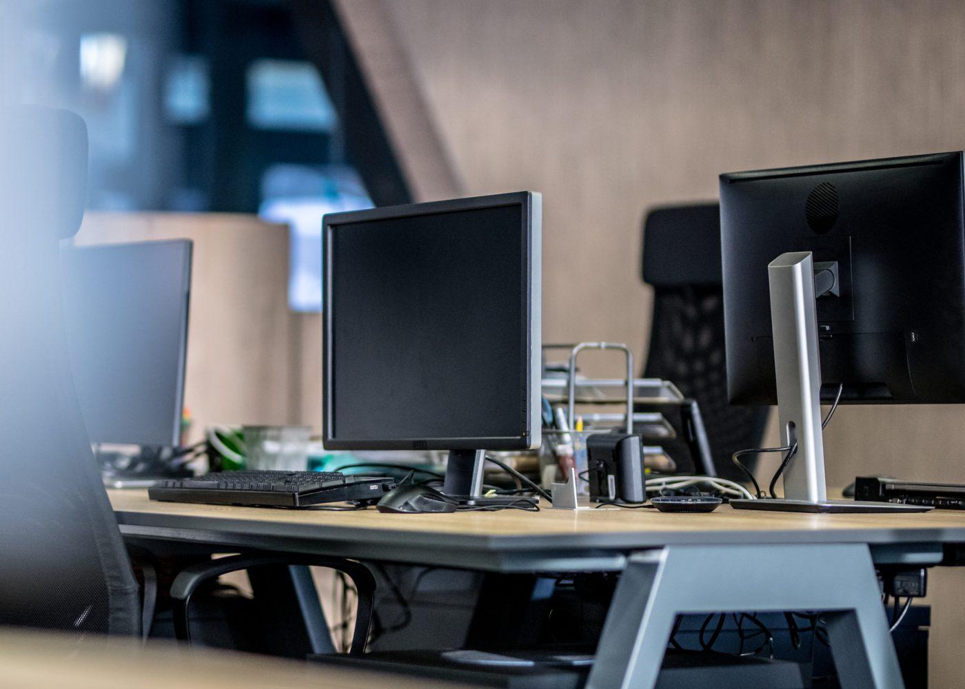 escritório vazio por pessoas a faltar com faltas injustificadas no trabalho