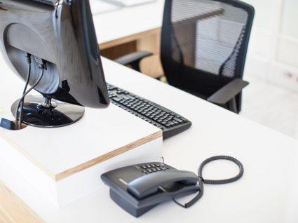 secretária no escritório vazia