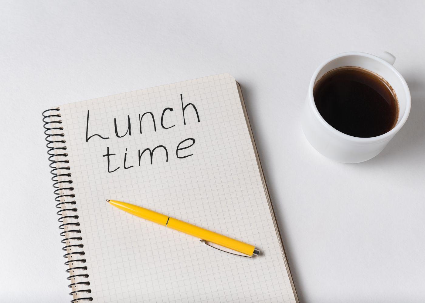 caderno a dizer horário de almoço e café ao lado