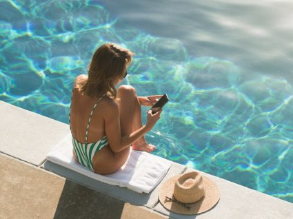 Mulher pesquisa parques de campismo com piscina