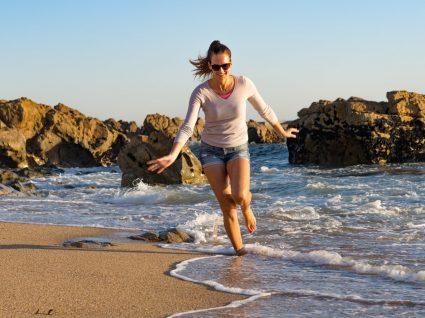 mulher a correr na praia