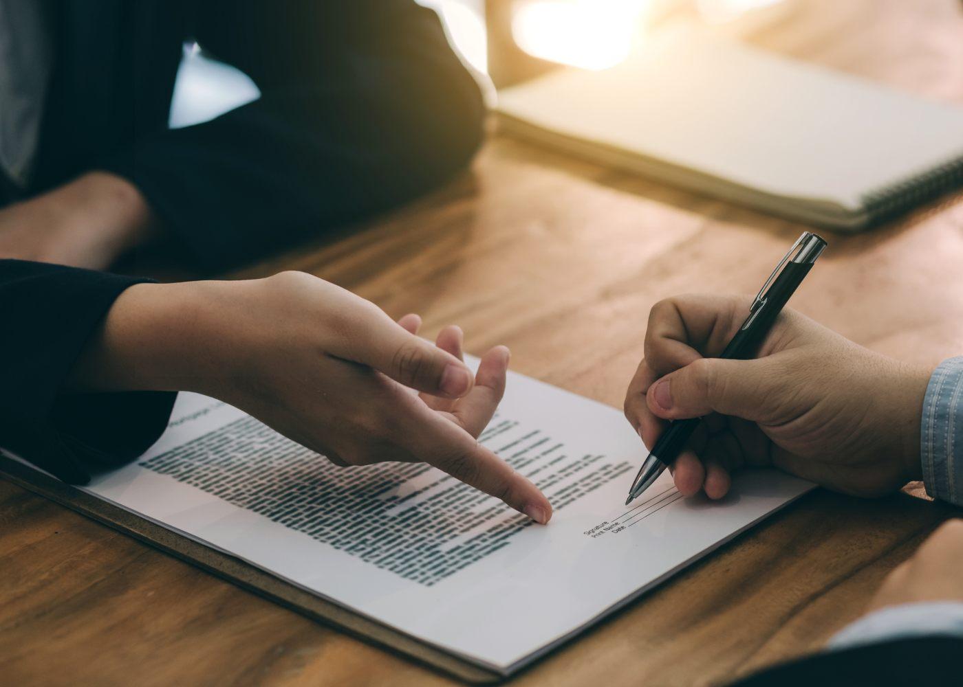 trabalhador a assinar contrato de rescisão por mútuo acordo