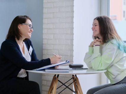 psicóloga com jovem a realizar teste vocacional