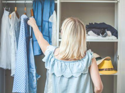mulher a organizar os armários