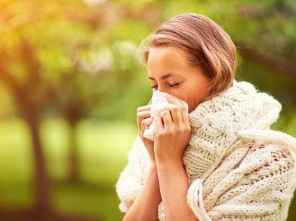 mulher com alergias no outono