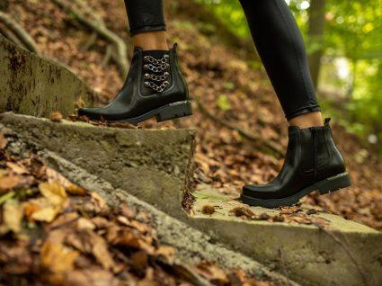 Mulher com botas de outono