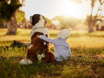 Criança com animal de estimação