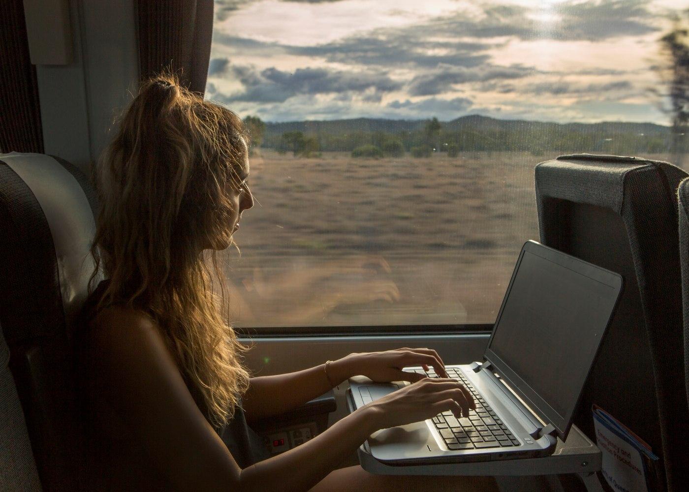 mulher a trabalhar num comboio