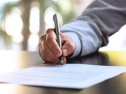 pessoa assinar documento