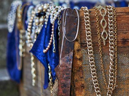 várias peças de bijuteria