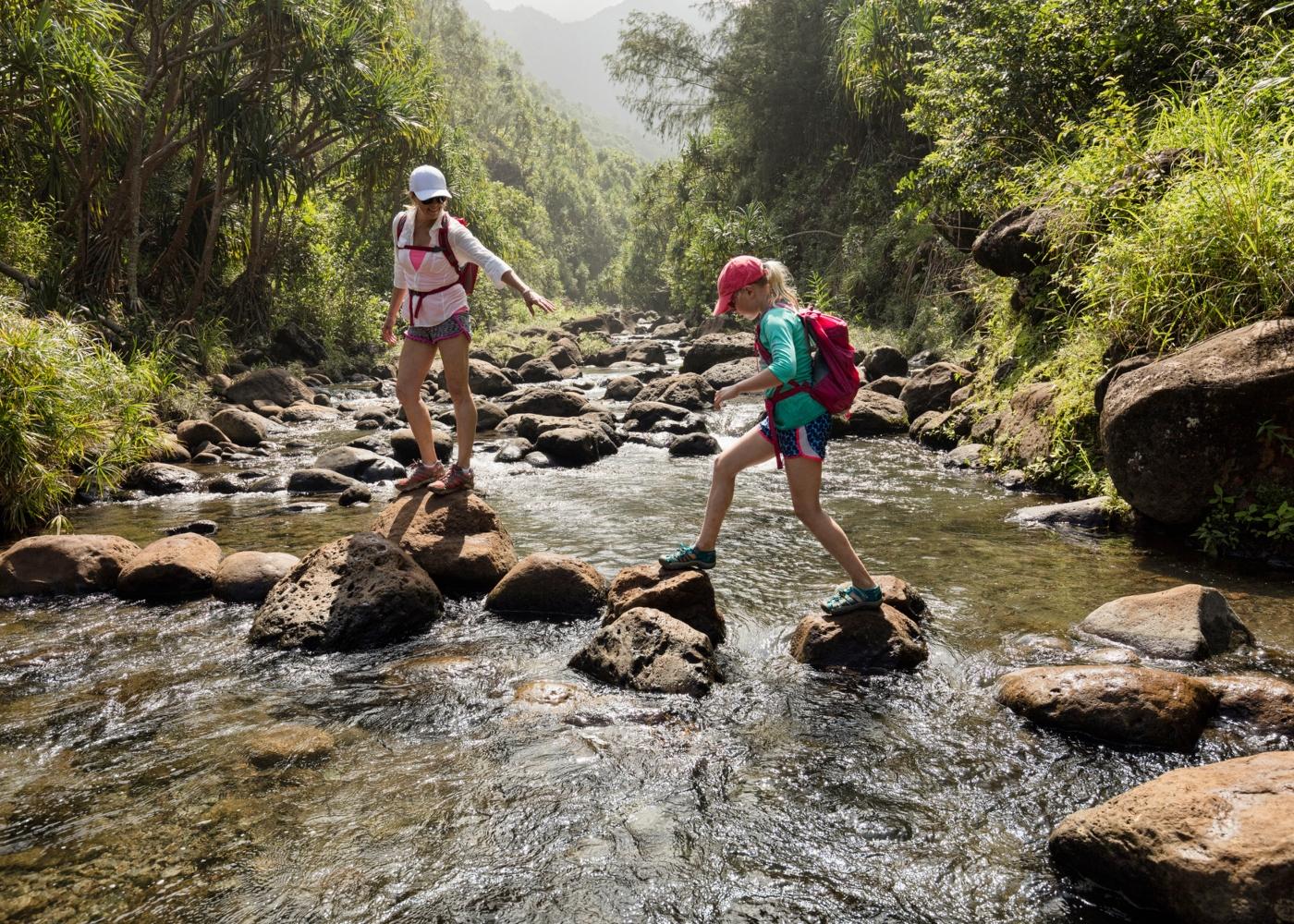 Mãe e filha a percorrer trilho pedestre do Xisto