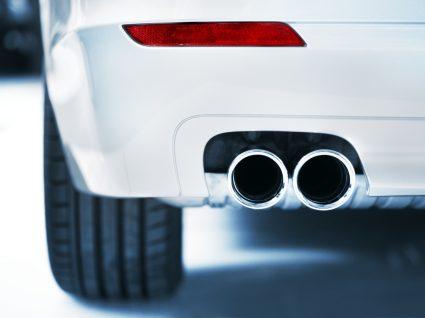 tubo de escape alterado para mudar o som do carro