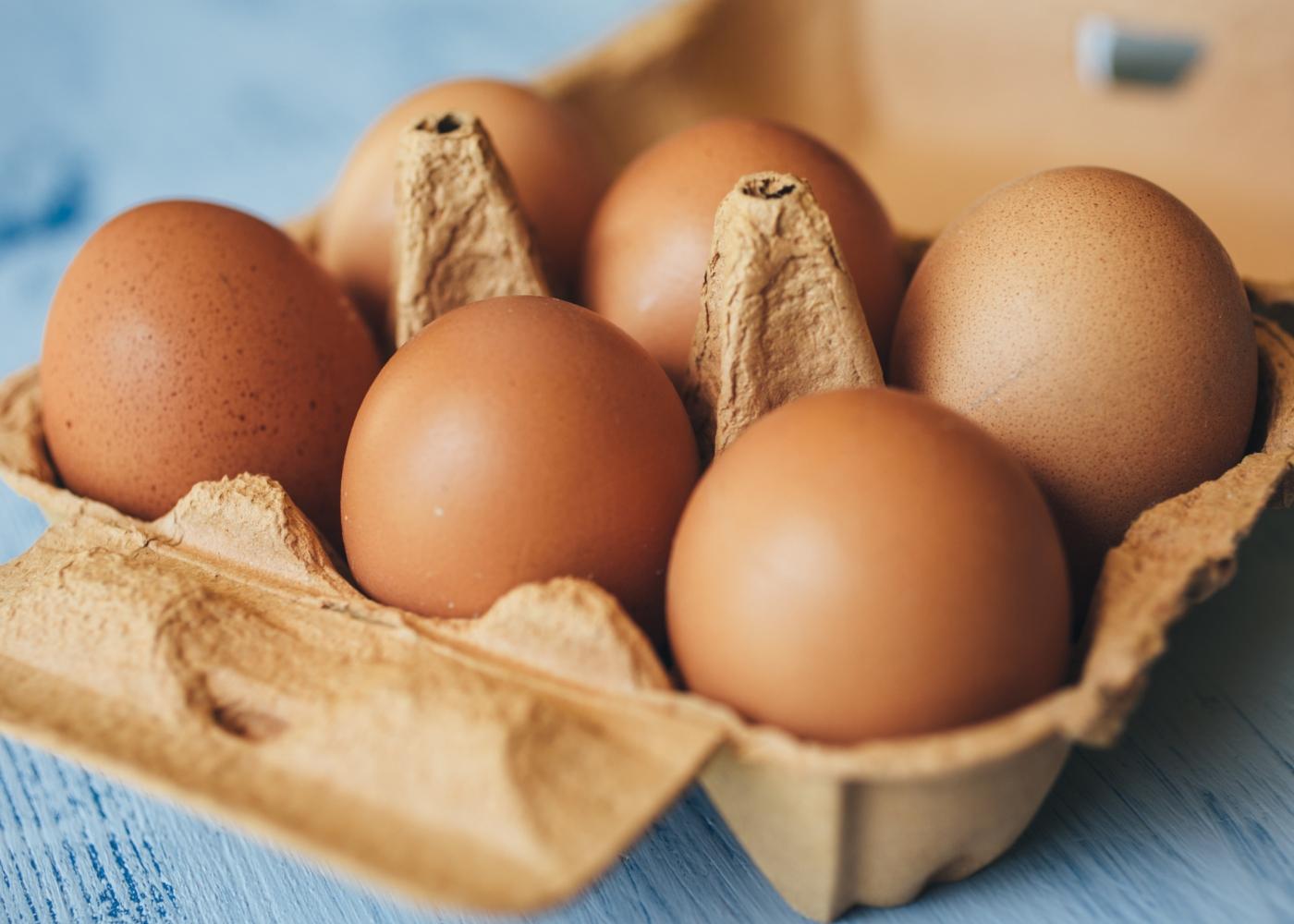 caixa com meia dúzia de ovos