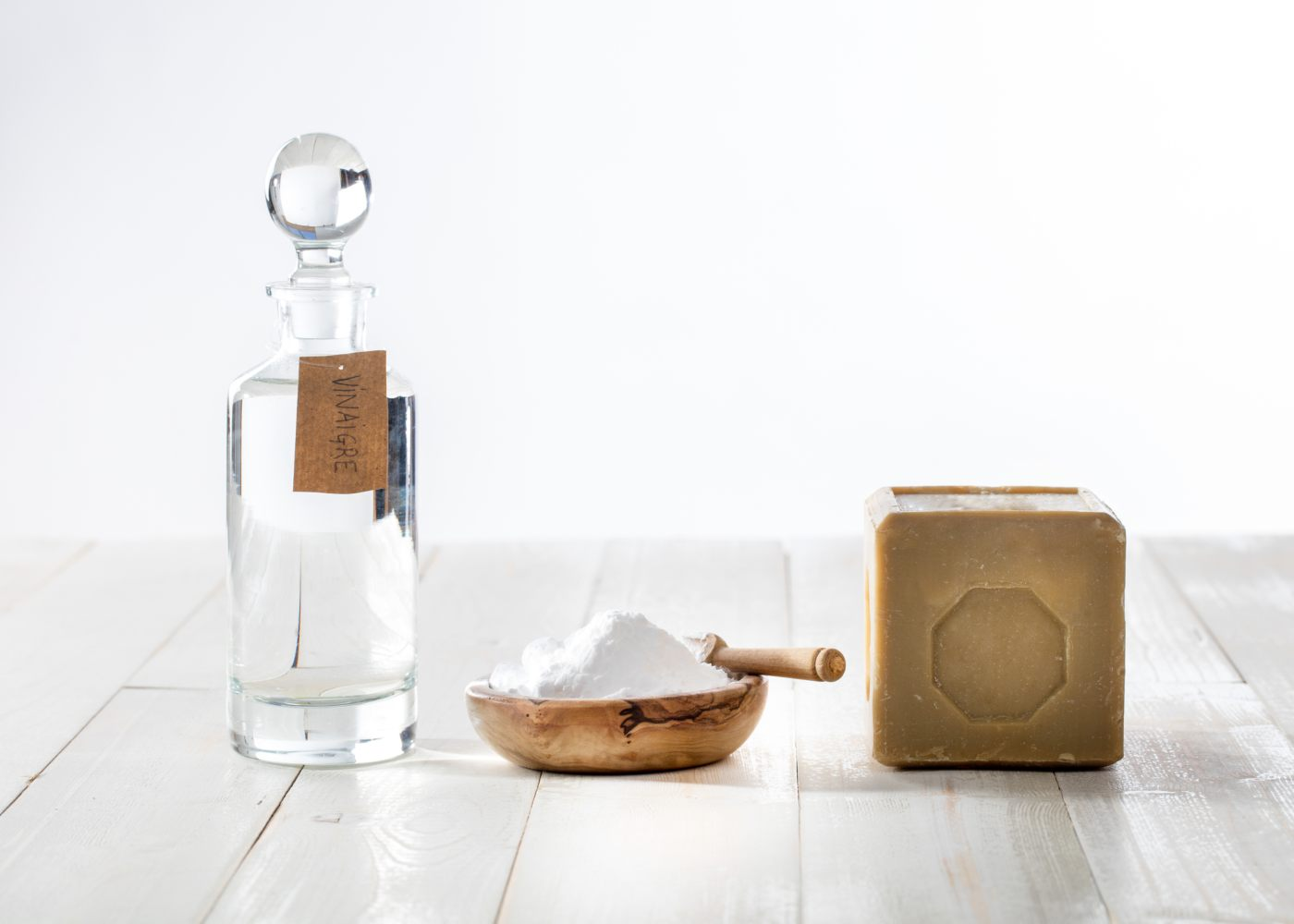 vinagre para limpeza, bicarbonato de sódio e sabão