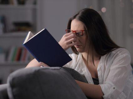 Mulher com vista cansada