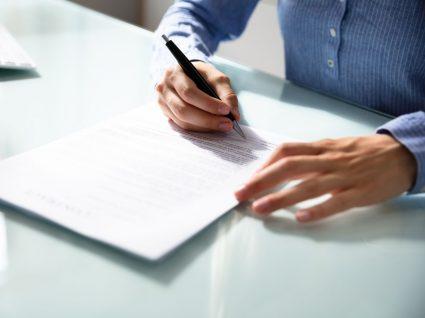 pessoa a ler com atenção para evitar erros comuns no contrato de trabalho