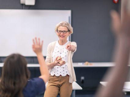 professora a dar aulas na sala