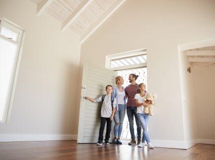 família a entrar na casa nova sem mobília
