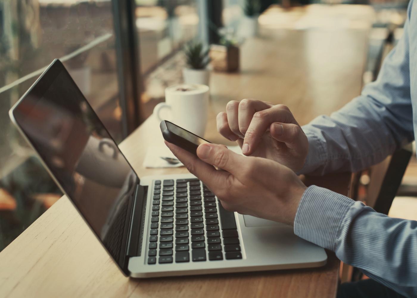 Homem a aceder ao serviço de homebanking no telemóvel