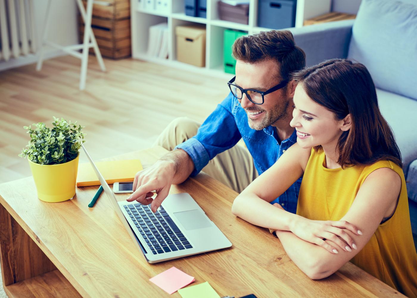 casal a ver lojas online para comprar móveis no computador