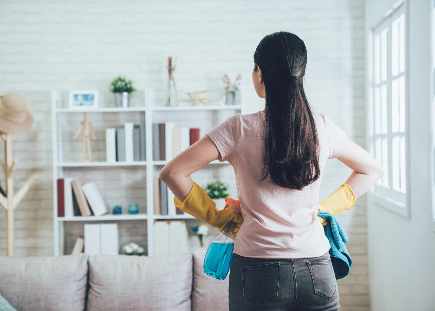 mulher preparada para limpar sala