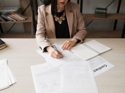 mulher a confirmar os seus direitos a receber em caso de despedimento