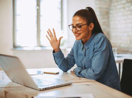 jovem em entrevista de emprego online