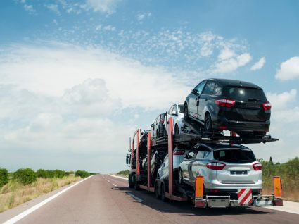 camião a transportar carros