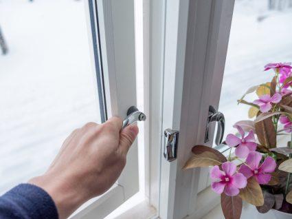 mão a abrir uma janela