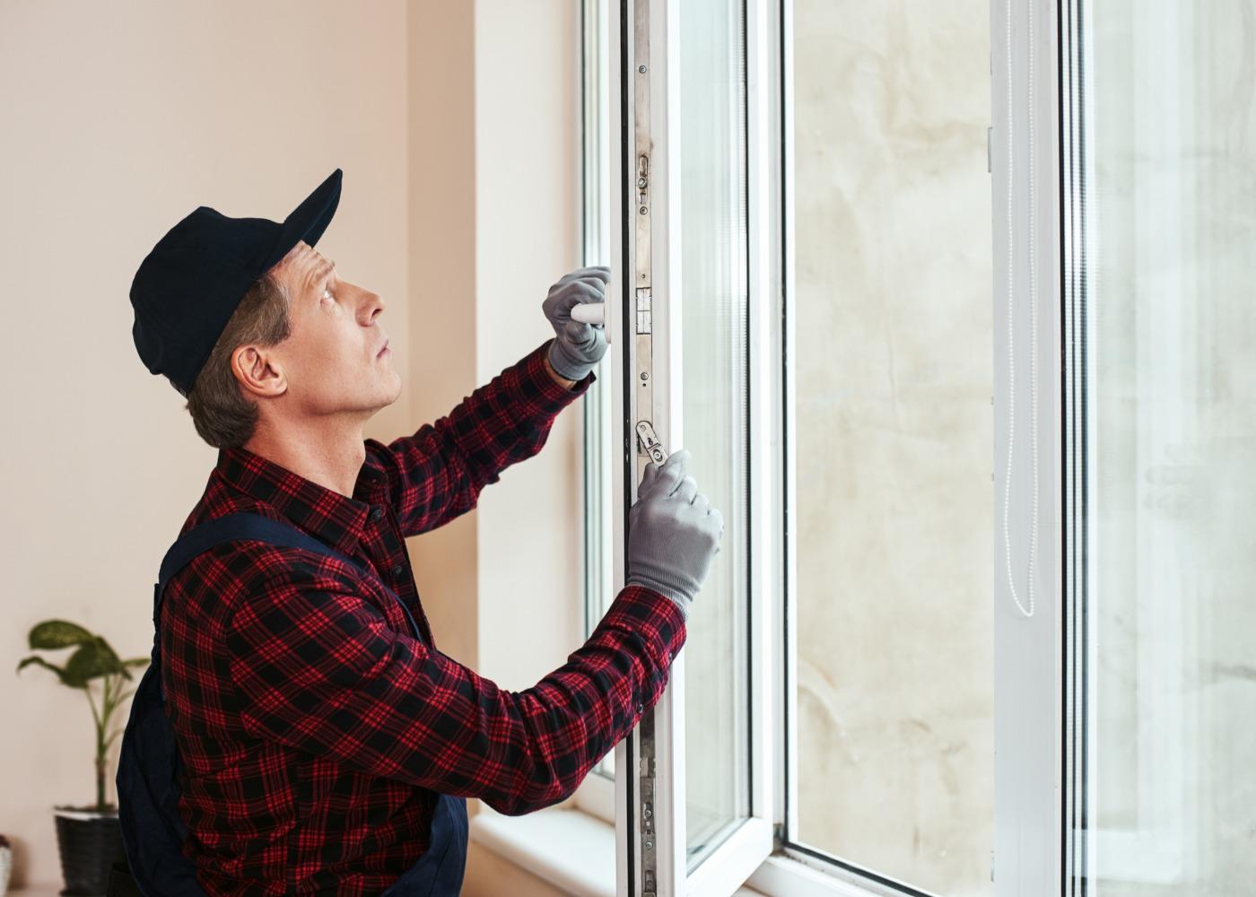 homem a colocar janela dupla