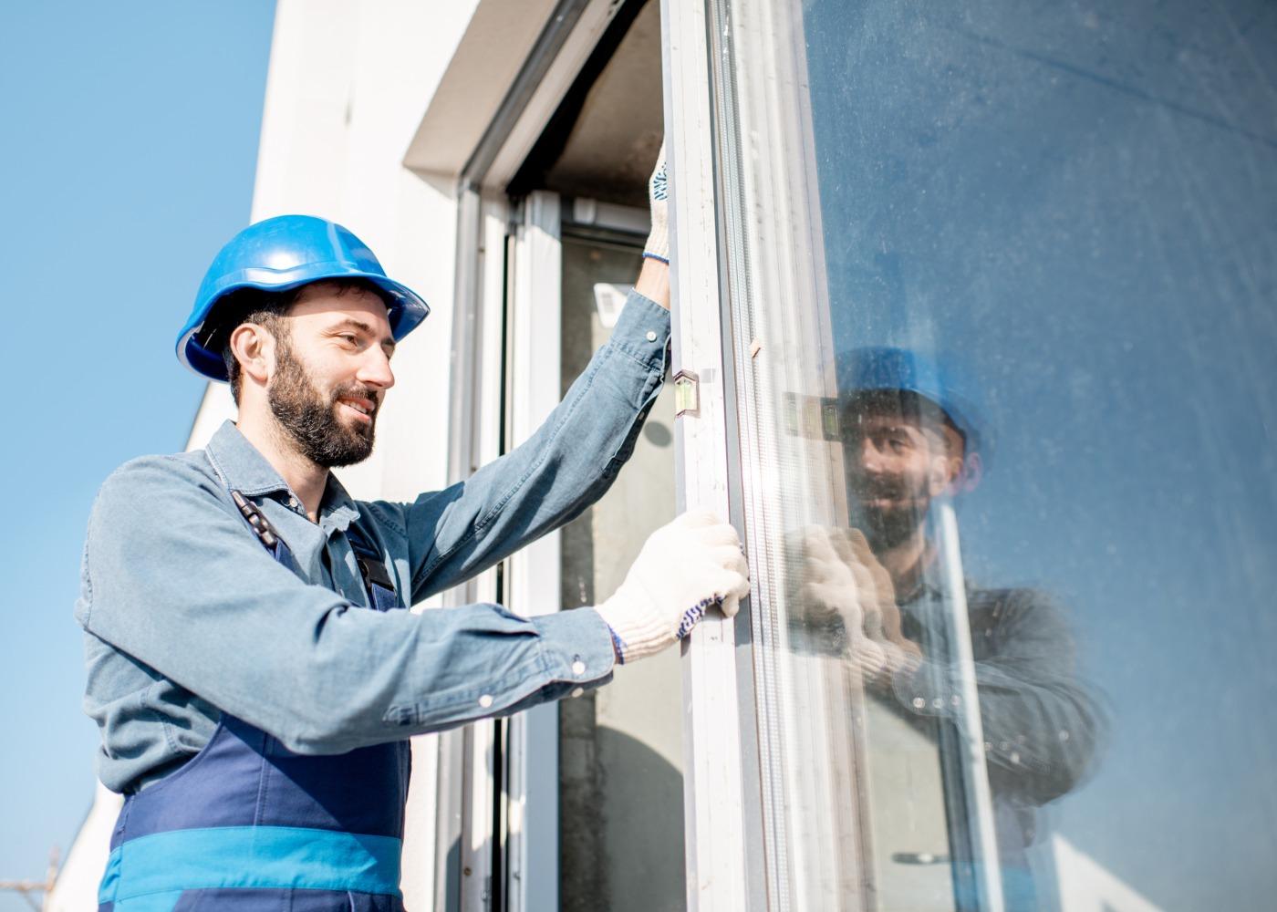 homem a instalar janelas duplas
