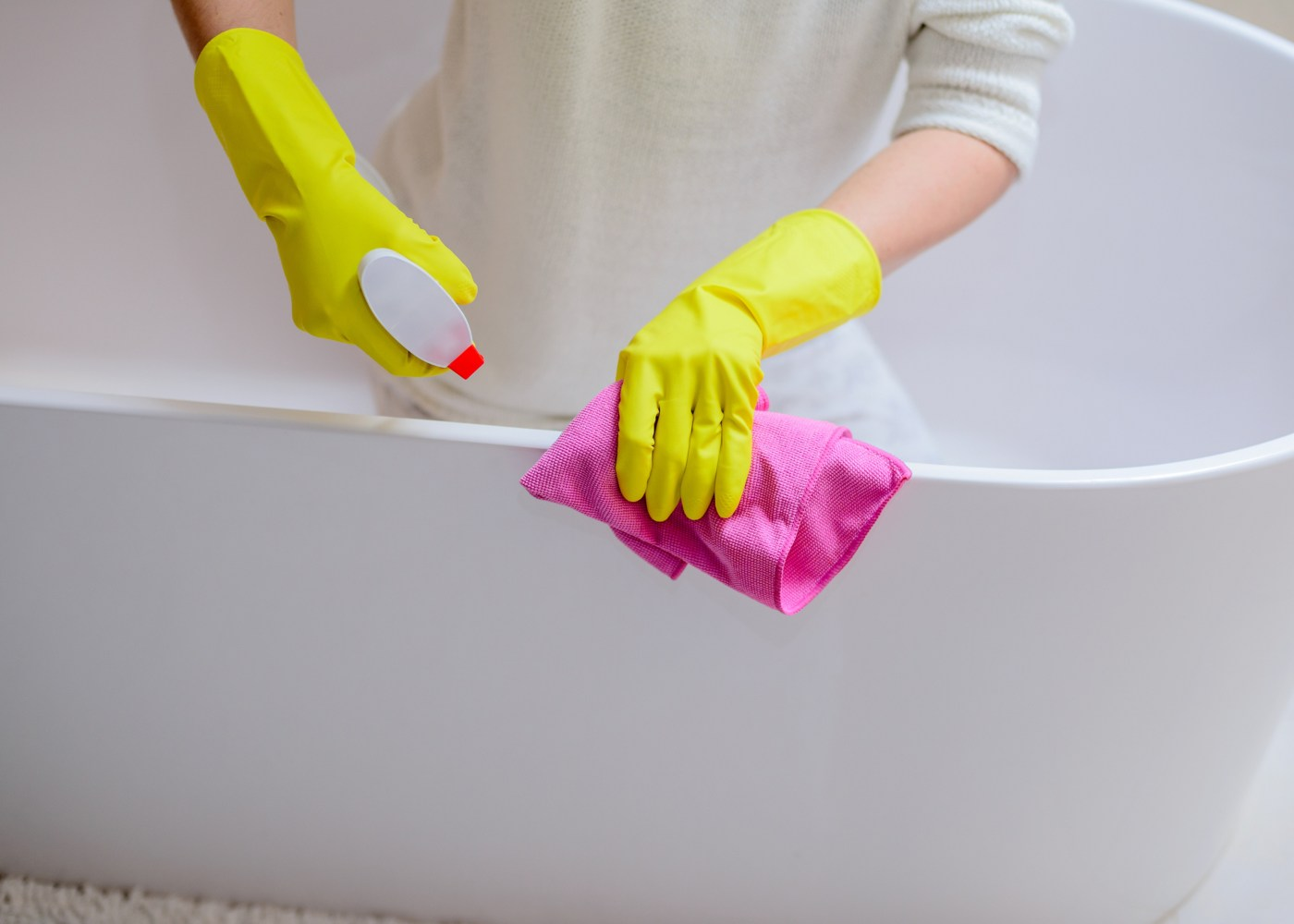 pessoa a limpar a banheira