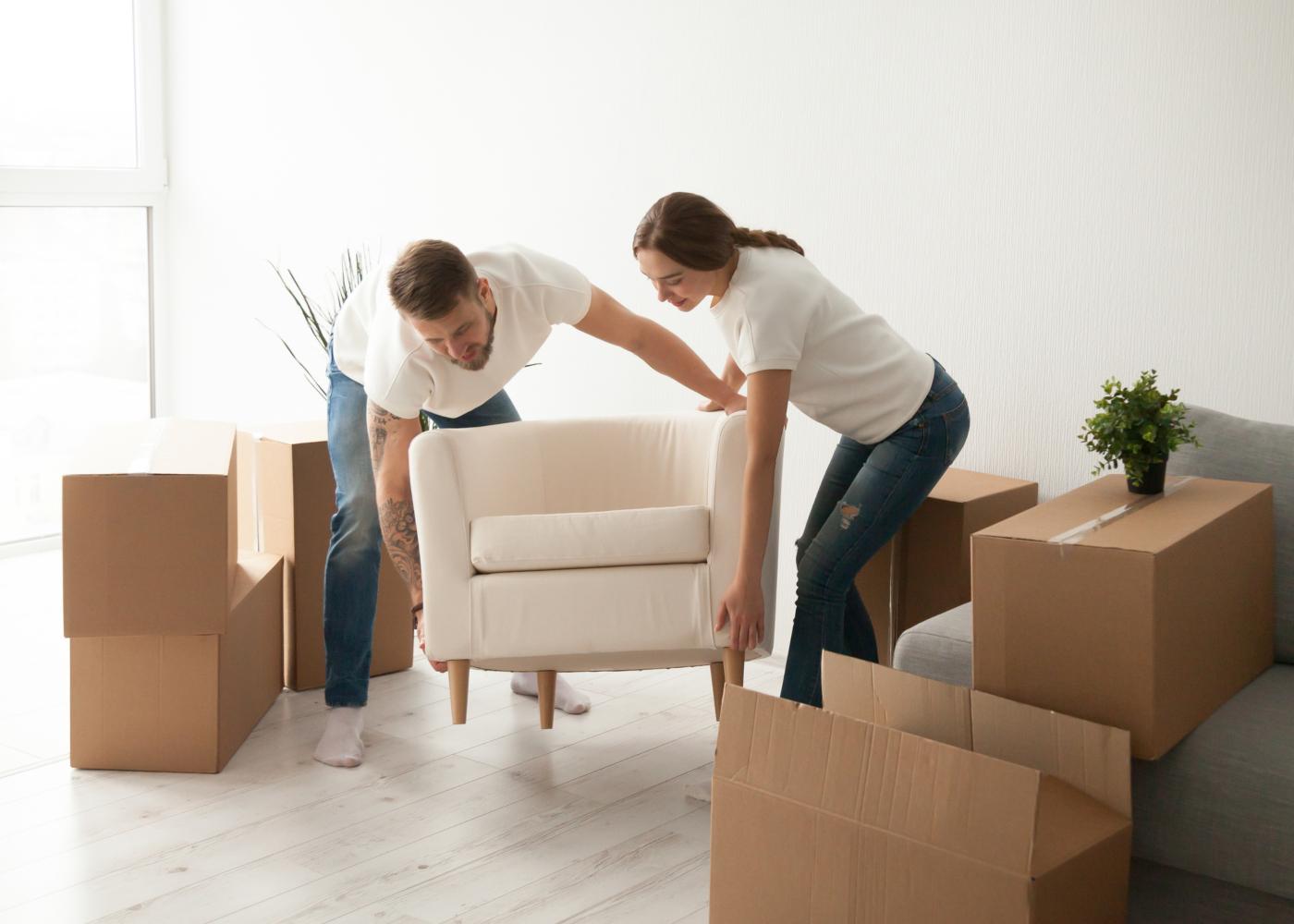 casal a montar sofá