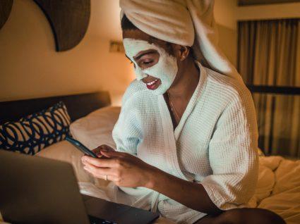 Mulher na cama com máscaras de rosto até 30 euros