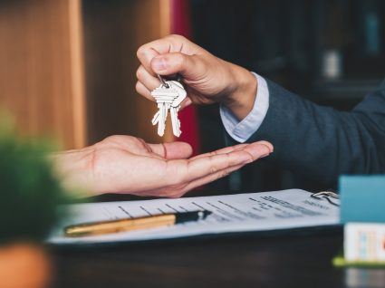 pessoa a entregar chave a outra