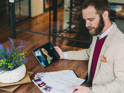 recrutador a fazer entrevista de emprego virtual