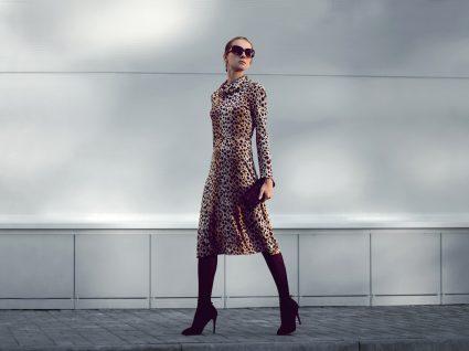 Mulher com vestido de padrão animal