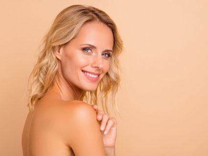 Mulher com pele perfeita com dicas dos dermatologistas