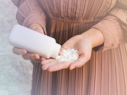 mulher a colocar pó de talco nas mãos
