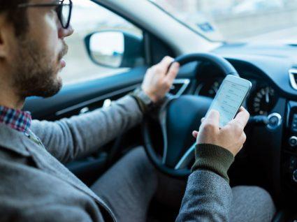 condutor a usar telemóvel, uma das principais causas de acidente