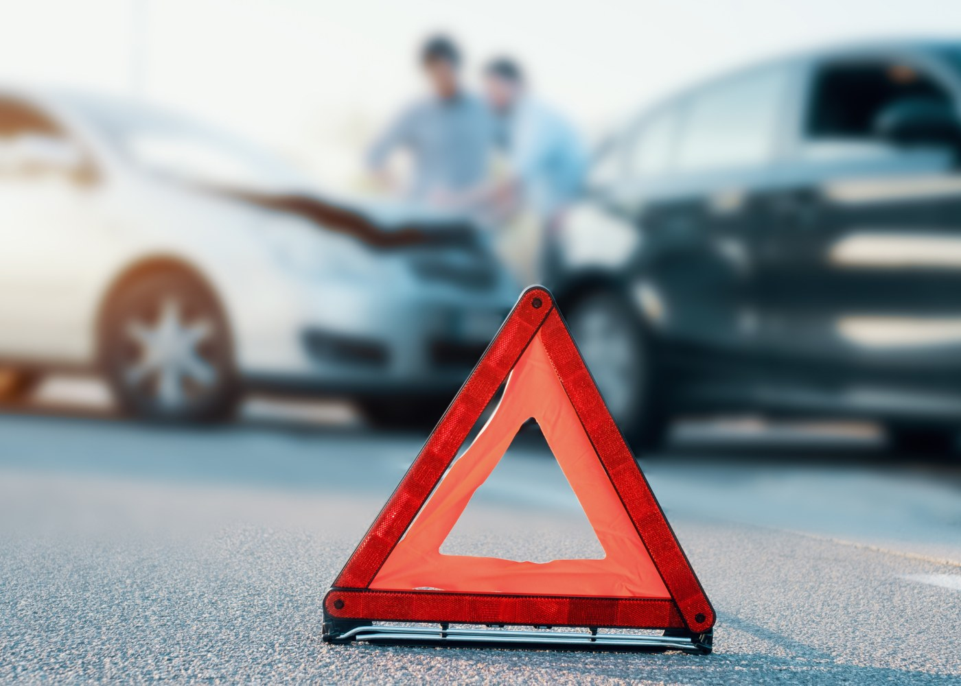 colisão entre dois carros sinalizada com triângulo