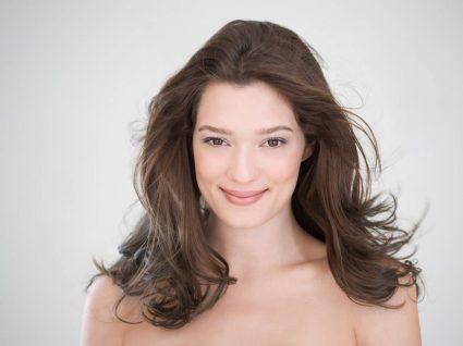 Mulher com cabelos saudáveis após usar sérum