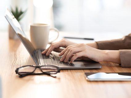 pessoa ao computador a pesquisar sobre teletrabalho com direitos